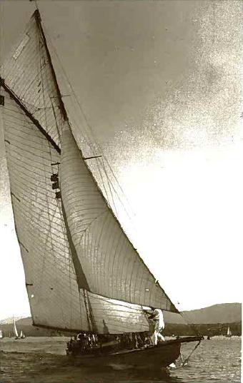Das Schulschiff EPERVIER des Zürcher Yachtclubs um 1938.