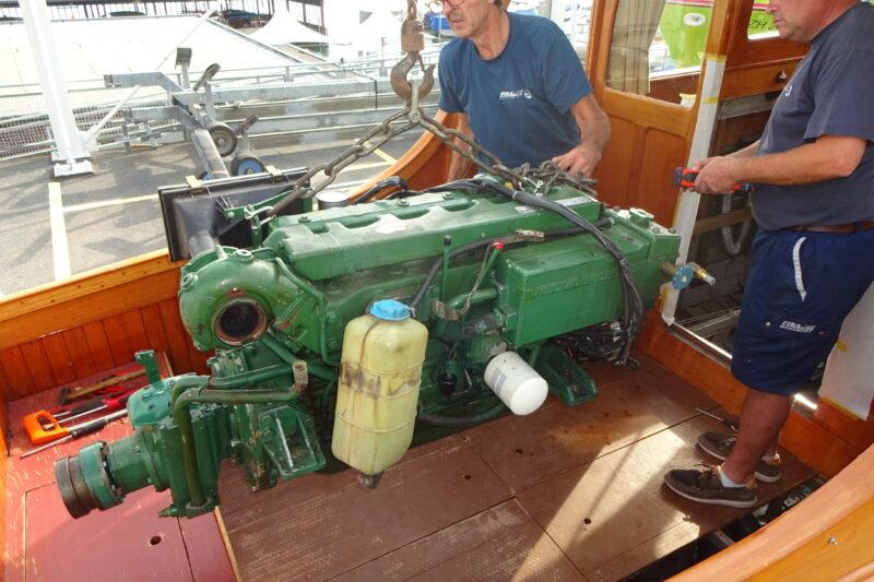 Der alte Motor schon auf dem Weg aus dem Schiff (Foto Faul AG)